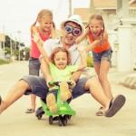 Brincadeiras para as pequenas crianças: Mais além dos brinquedos pedagógicos.